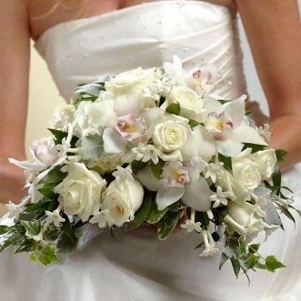 Букет невесты из белых орхидей и роз «Магия белого»