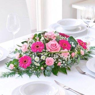 Композиция цветов на стол из роз и гербер