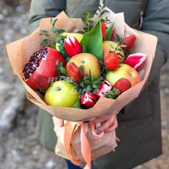 Букет из яблок и тюльпанов