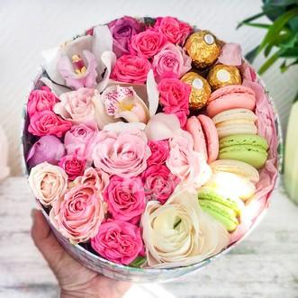 Макаруны и розы в коробке